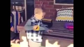 Kind schneidet Mann die Hand ab