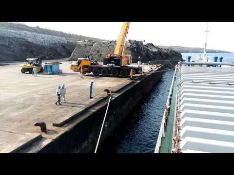内航貨物船大峰山丸の南大東島接岸