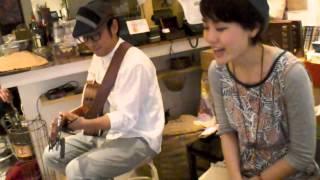 カドアキツヨシ、オカムラチヅからなる音楽デュオ。「おとなりcafe~たま...