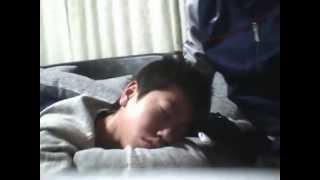 PS VITAで壇蜜の動画を見ている時にいつの間にか寝てしまった友人.
