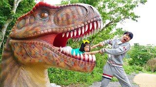 Boram et DDochi jouent à Dinosaure Musée pour les enfants