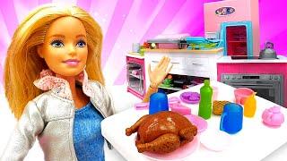 Видео про игры в готовку. Кукла Барби готовит обед! Детские игрушки и приключения клоуна и Барби!