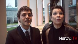 Repeat youtube video 30e Gala Artis : leçons de tapis rouge par Xavier Dolan et Anne Dorval