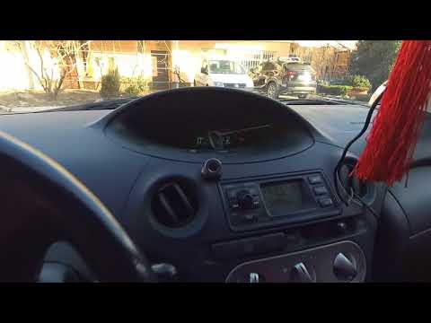 Водительское место Toyota Yaris 2004, посадка, педали, эргономика и обзор.