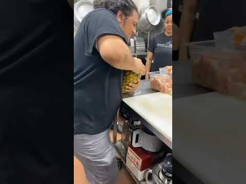 Woman Pops Open Tight Jar Lid in a Jiffy After Men Fail to Open It – 1188290