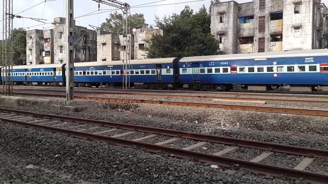 WDG3A Twins hauling 11103/ Jhansi - Bandra Terminus Mail/Express - YouTube