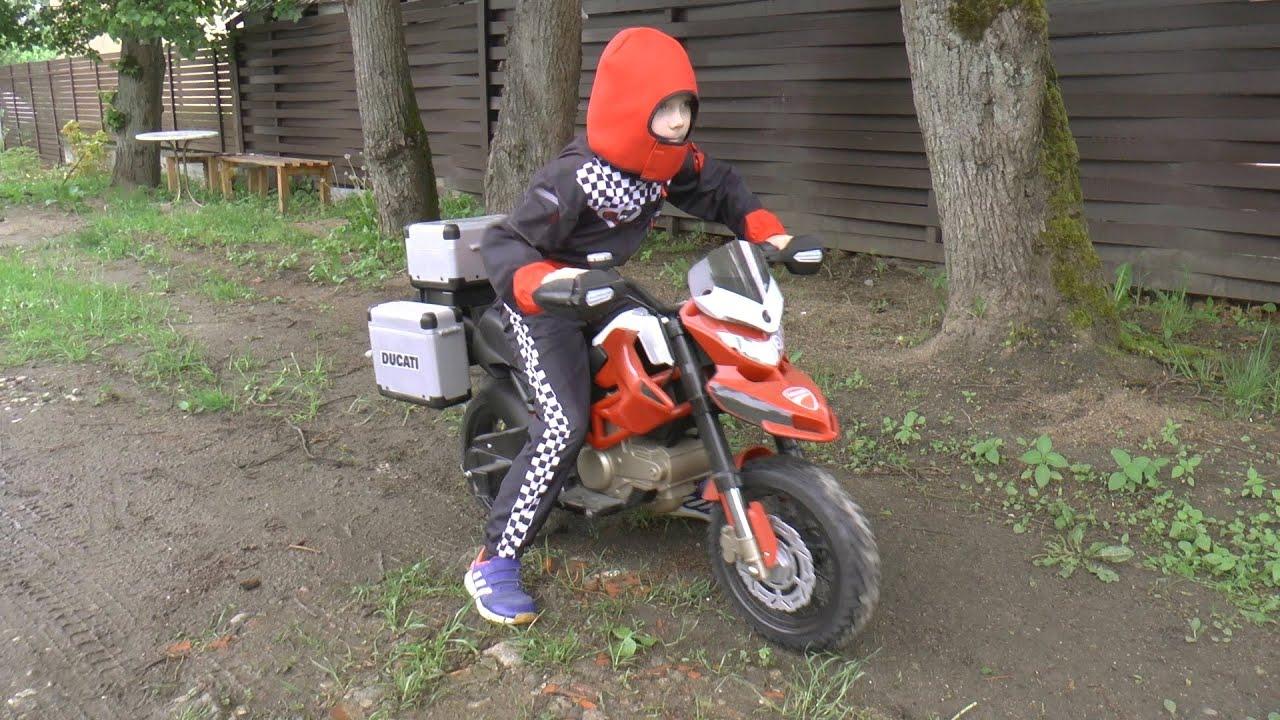 Сеня ездит на детском мотобайке и играет в игрушечный мотоцикл