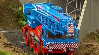 RC truck crane builds up a bridge at the construction site! AMAZING!