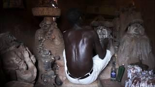 Invocation des fétiches et divination avec des cauris chez le prêtre vaudou