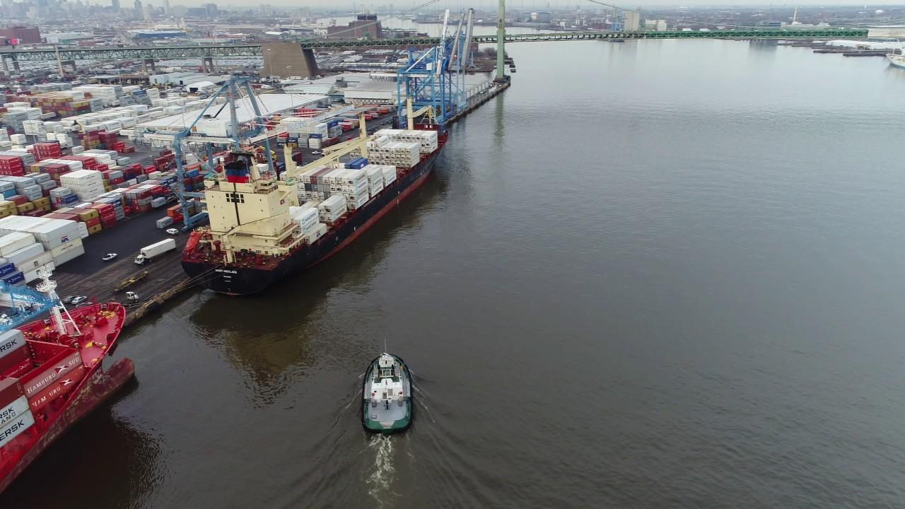 Resultado de imagem para View of Tugboat and Cargo Ship Delaware River Philadelphia