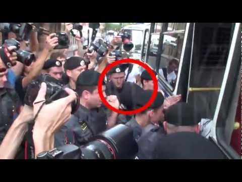 Garry Kasparov beaten by police outside Pussy Riot trial - Moscow, Aug 17 2012