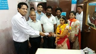 Video: Bride Arrived At The Bank To Change The Currency Notes