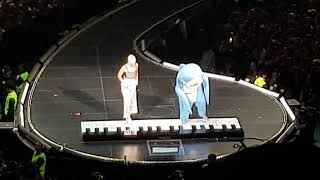 left shark playing the piano with katy perry live in méxico city 2018