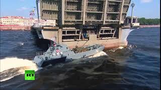 Парад ВМФ в Санкт-Петербурге 792 й идёт на таран моста.