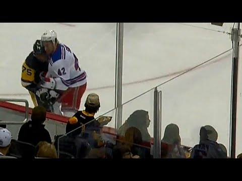 Gotta See It: Reaves lays out Staal only to get hit hard by Smith