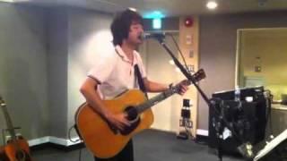 和田唱がソロ出演でのイベントに向けてリハーサルしているところを隠し(...
