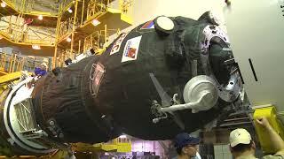 Накатка головного обтекателя корабля «Прогресс МС-12»