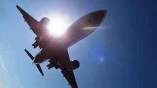 飛行機が頭上10数メートルを通過する場所 全日空 B777 伊丹空港 千里川土手 thumbnail