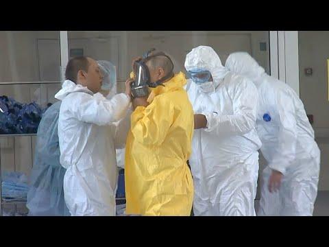 Путин в защитном костюме побывал в медцентре в Коммунарке, где лежат пациенты с коронавирусом