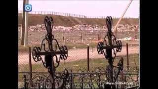 Собаки растаскивают трупы мертвых людей с кладбища
