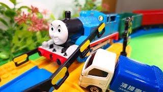 プラレール きかんしゃトーマス 踏切 電車 ごみ収集車と踏切でぶつかったよ!貨車に乗せて運んであげよう! 木製レールシリーズ OmotyanoPrussian thumbnail