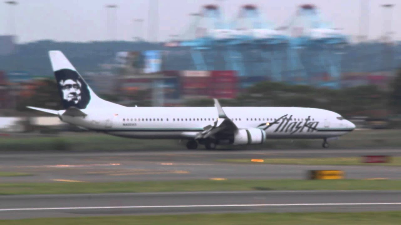 Alaska Airlines 737 900 Lands At Newark Ewr Airport