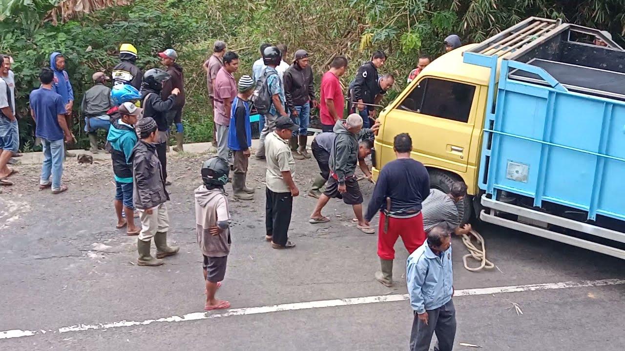 Download Ngeri!!! Terekam Kamera Detik-Detik Mobil Pick Up Terjun Ke Jurang Di Cihaur Maja