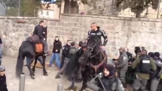 بلدية الاحتلال وجنوده ينكلون ببائع كعك في القدس