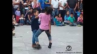 Este payaso pone a bailar reggaeton a estos pequeñitos.