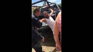 Policías de Calvillo, Ags arrestan a joven por su vestimenta.