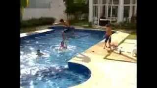 Chiquititas 2013/2014 - Meninos brincam na piscina da casa do vizinho