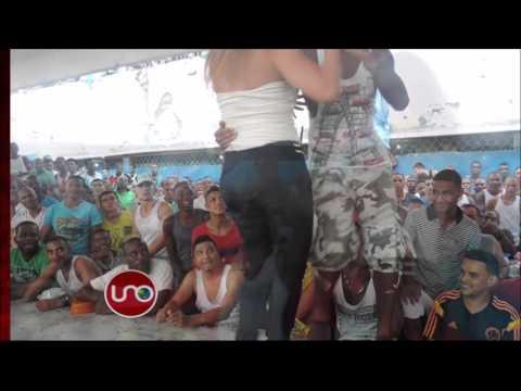 La directora del penal les baila a los reclusos