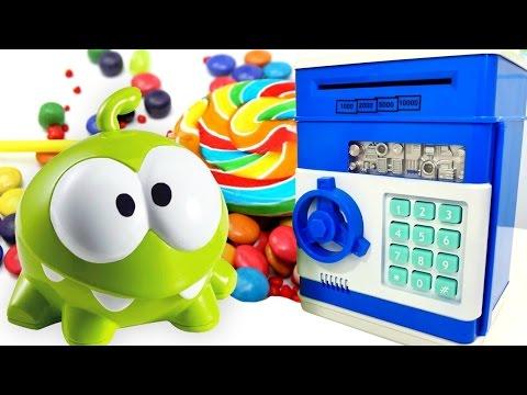 #bebekoyunları -Çizgi film oyuncak Om Nom markette eğleniyor ve para kasayı açmaya çalışıyor.