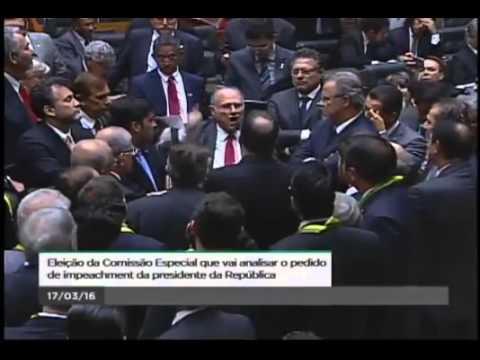 Ex.lider do PCB Roberto Freire é hostilizado no congresso ao defender impeachment