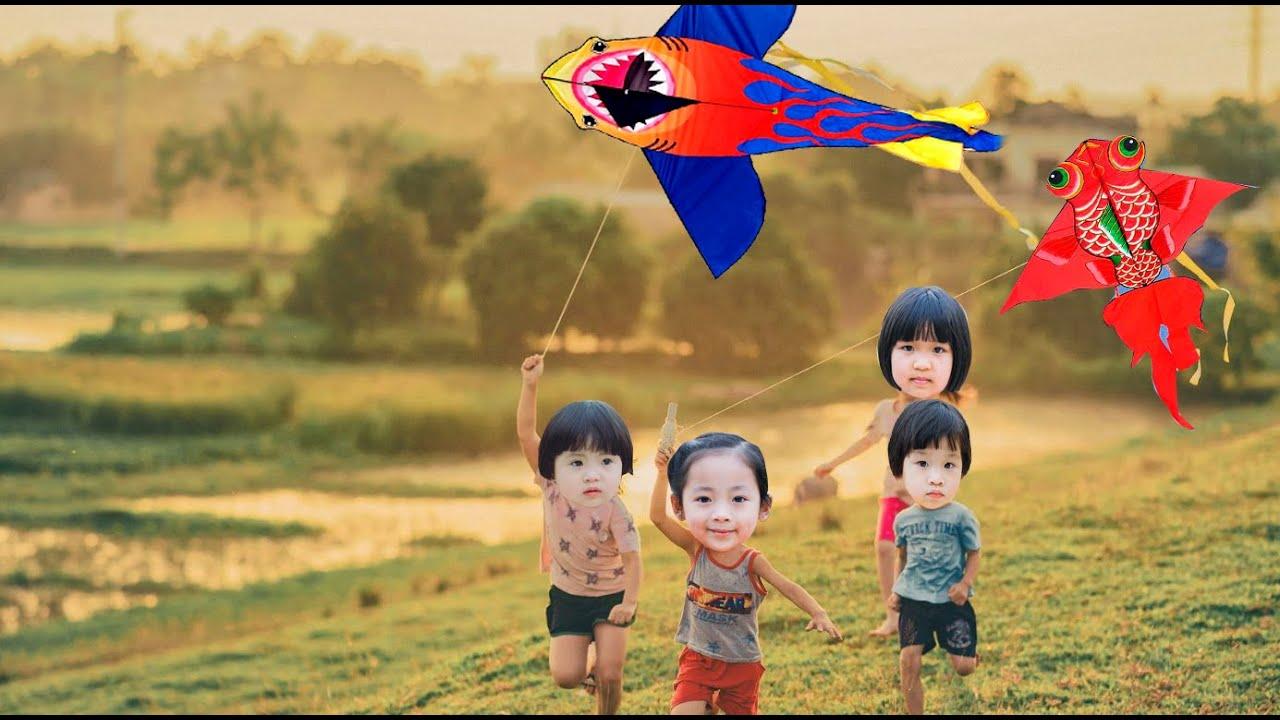 Bạn Min và bạn Mít đi thả diều buổi chiều gió mát