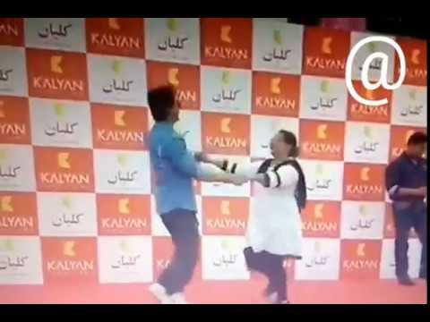 Shah Rukh Khan dancing with fans at dubai