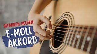 In diesem #Tutorial zeigen wir dir den ersten Akkord auf der #Gitarre Einfach & mit Spaß #GitarreLernen mit dem Emusikids #Gitarrenunterricht ▬ Unsere Bücher...