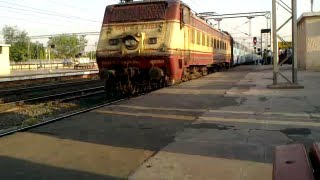 Pushpak Express with Bhusaval WAP4 22203 in WAP1 livery arrives at Habibganj station.