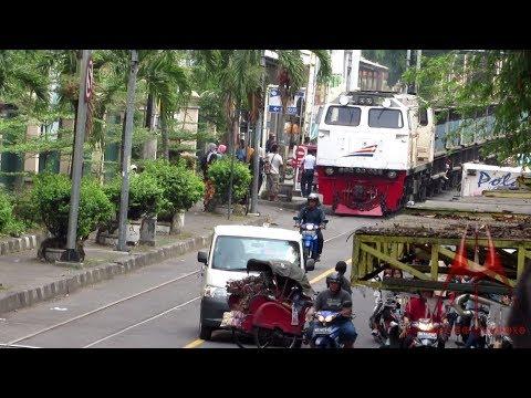 Ngeri Bener Kereta Api Segede Gini Lewat Jalan Raya Kota Solo Youtube