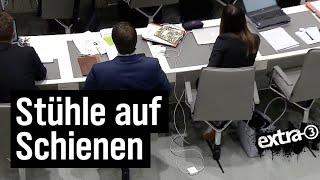 Realer Irrsinn: Stühle auf Schienen im Landtag Niedersachsen