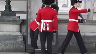囧了!英女王禁衛軍當眾滑跤 thumbnail