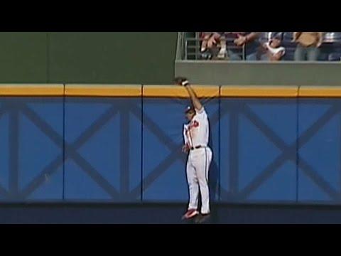 2002NLDS Gm1: A. Jones robs Bonds of home run in 4th