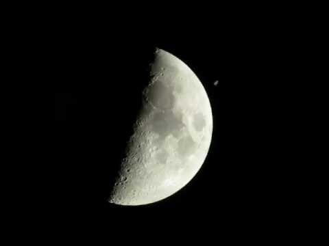 Una estación espacial internacional pasa frente a la Luna