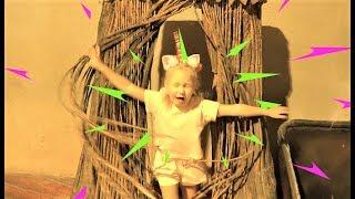 Алиса играет в Доме ВЕЛИКАНА пока он спит ! Развлечение для детей !