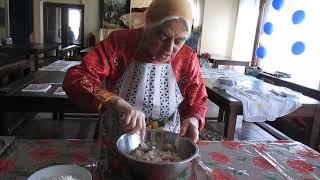 София Ялпачик показывает, как замешивается начинка для пирожков