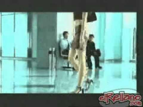 видео прикол стройная китаянка заходит в лифт и расслабляет себе живвот