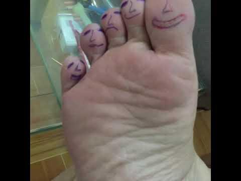Ngồi buồn vẽ ngón chân