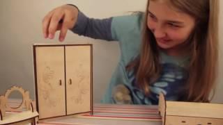 Мебель для кукол  спальня  Мебель для кукольного дома  Обзор игрушек(Видеообзор от нашего покупателя деревянной мебели для кукол Спальня Набор мебели из дерева «Спальня»..., 2016-05-17T06:28:12.000Z)
