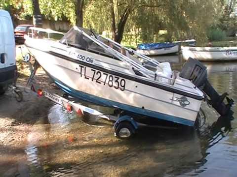 Mise à l'eau d'un petit bateau