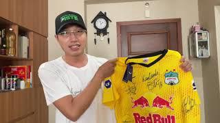 CLB Hoàng Anh Gia Lai tặng cho tuyến đầu chố.ng dịc.h chiếc áo của Trần Minh Vương